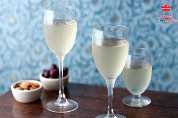 Một ít rượu trắng pha loãng sẽ giúp món cá của bạn hết tanh và thơm ngon