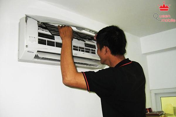 Nếu không rành về kỹ thuật, bạn có thể nhờ một người rành kỹ thuật để kiểm tra cục lạnh, dàn nóng, ống dẫn gas….