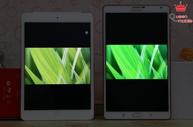 Màu lá cây trên Tab S đậm và xanh hơn, màu lá trên iPad hơi ngả vàng