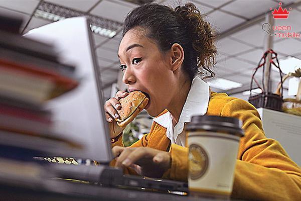 Một số người quá bận rộn đến mức không có thời gian đi lại, phải ăn trưa ngay tại bàn với phần ăn được giao tận nơi, vừa ăn vừa làm, vừa hại dạ dày, vừa ít vận động.