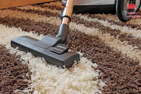 Tẩy vết bẩn của thảm bằng baking soda và máy hút bụi