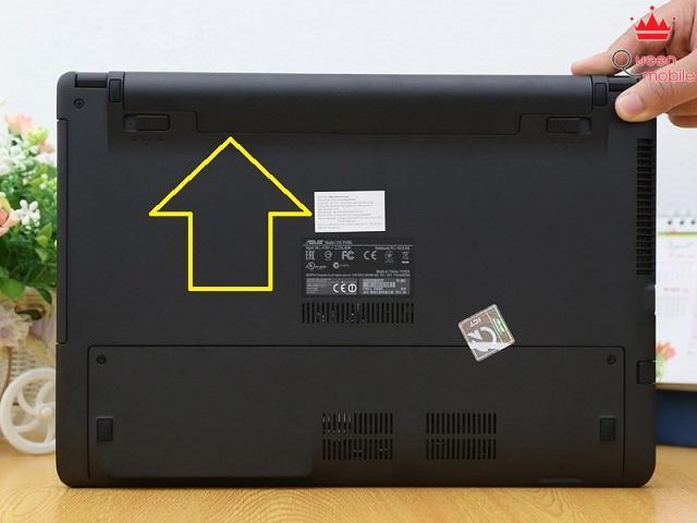 Pin được gắn phía dưới máy