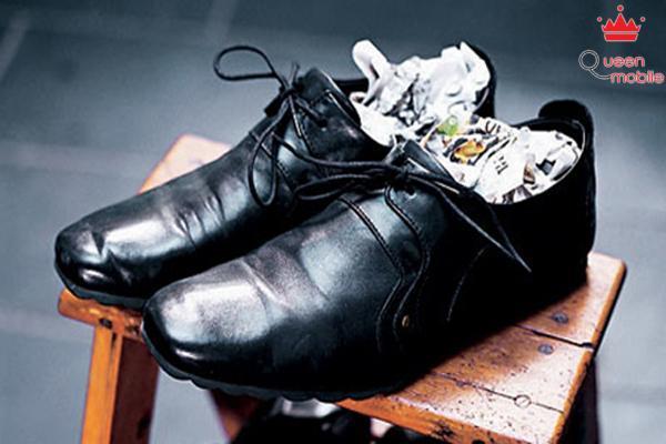 Nhét giấy vào giày để khử mùi đơn giản mà hiệu quả