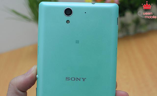 Camera, đèn flash, micro chống ồn, logo NFC và Sony