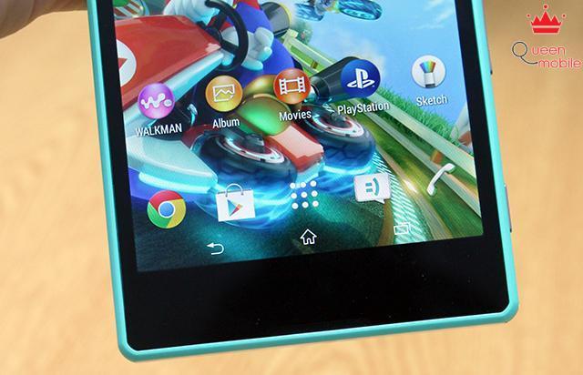 3 phím điều hướng nằm trong màn hình, dưới cùng là micro đàm thoại