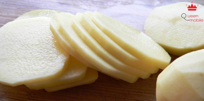 Khoai tây sẽ giữ được màu tươi nếu ngâm nước muối