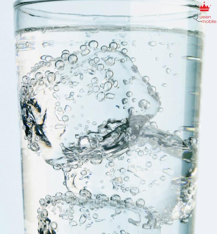 Nước muối pha và đá lạnh làm sạch đồ thủy tinh