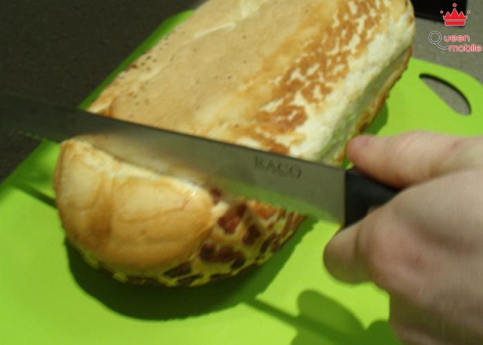 Hãy lật ngược bánh mì và thử cắt bánh