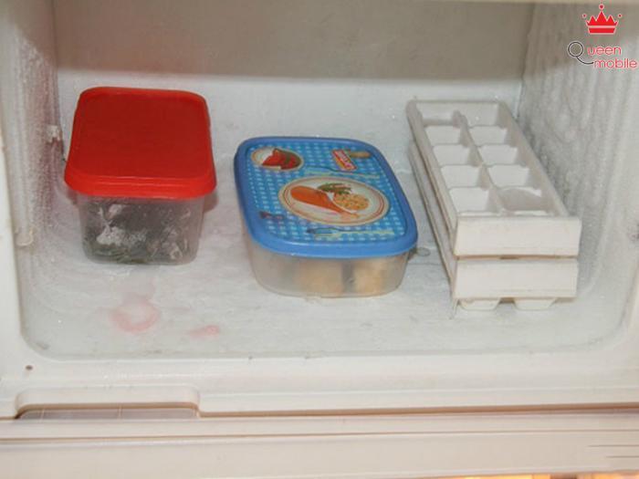 Băng tuyết và thức ăn đều có thể để lại mùi cho tủ lạnh