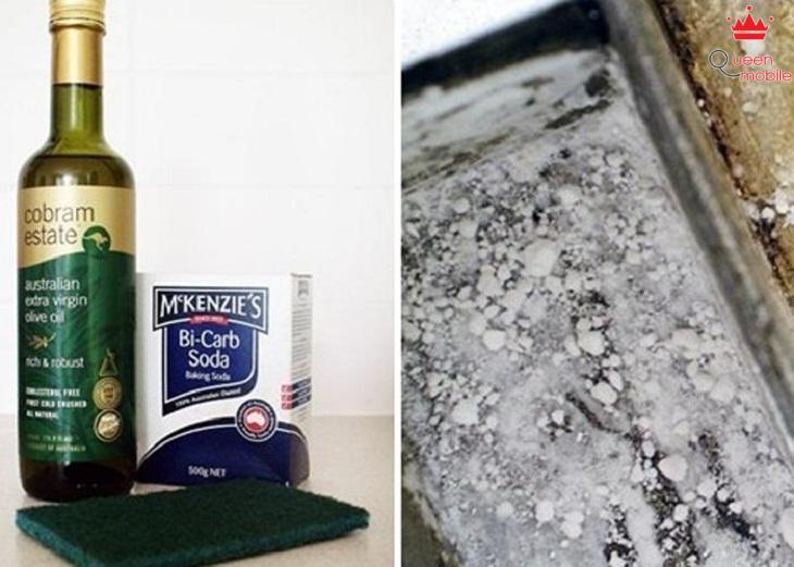 bột baking soda, nước sạch, miếng rửa bát và dầu ô liu
