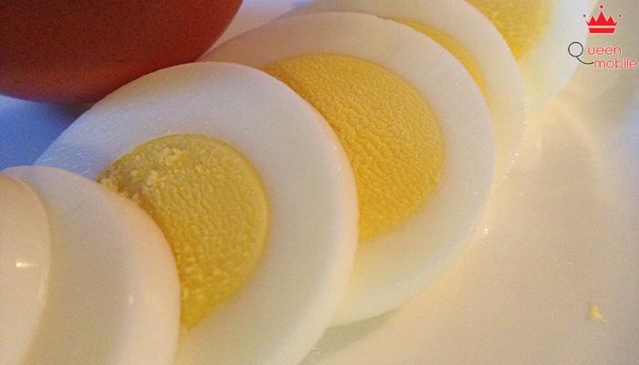 Muốn cắt trứng đẹp nên xoa ít nước lên dao