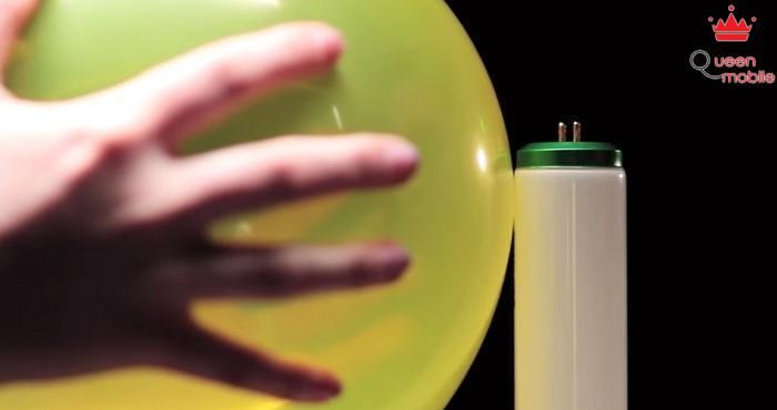 4. Thắp sáng đèn bằng 1 quả bóng bay?