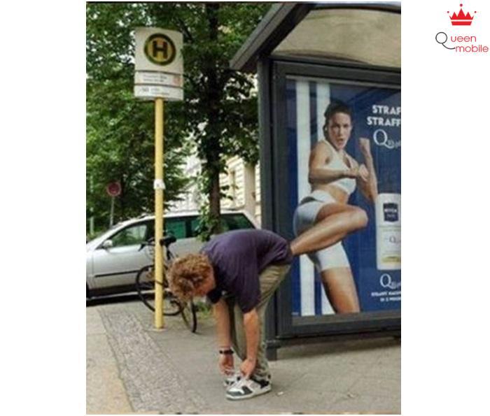 Cẩn thận khi buộc giày giữa phố