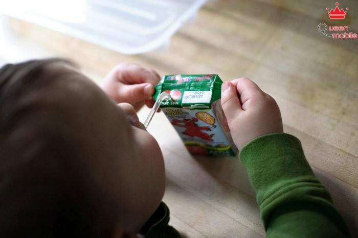 Để bé giữ hộp sữa như thế này không lo bị rơi