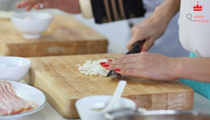 Cắt ớt và hành tây nên ngâm dao vào chậu nước lạnh