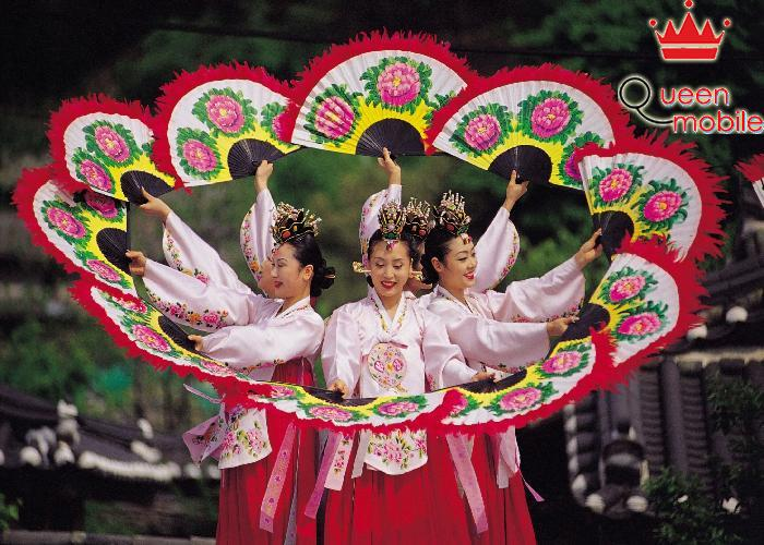 Trung thu là dịp để sum họp, nhảy múa và chơi các trò chơi truyền thống .