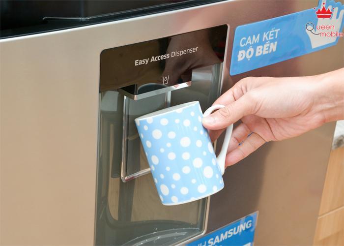 Vòi lấy nước bên ngoài cánh tủ tiện dụng