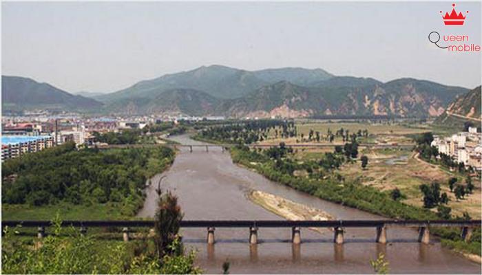 Con sông lớn vô tình trở thành đường biên giới đầy nước