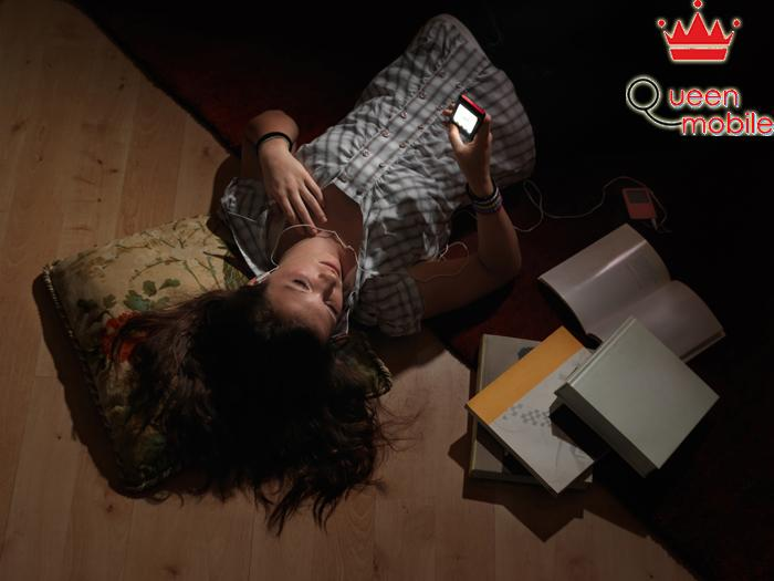 Dùng điện thoại về đêm ảnh hưởng đến nhịp sinh học