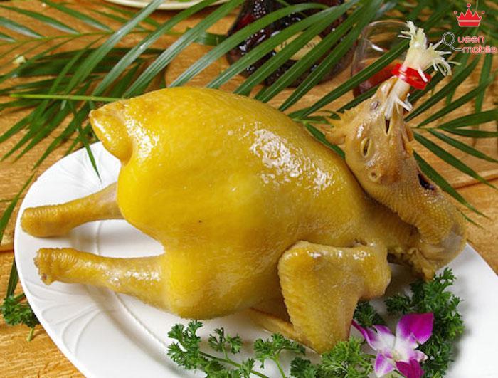 Quét một lớp gồm mỡ gà và nghệ giúp da gà luộc vàng óng, căng mượt