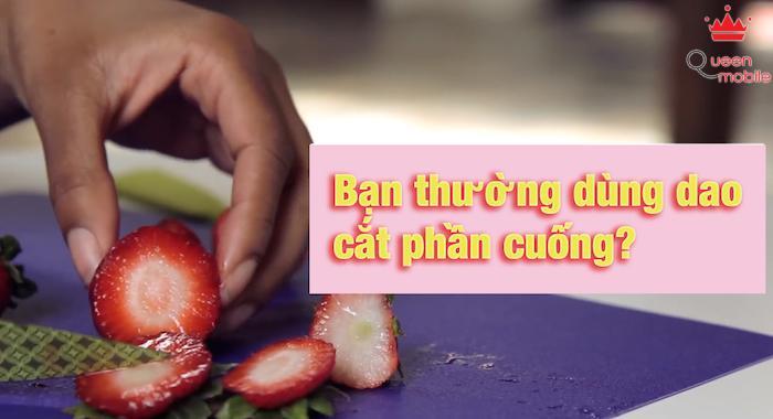 Dùng dao cắt bỏ phần cuống, làm trái dâu mất một phần thịt khá nhiều.