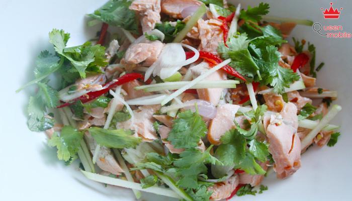 Cho món ăn ra dĩa và trang trí với rau thơm, ớt cho đẹp mắt.