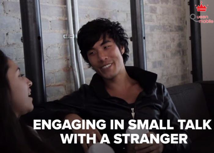 Nói chuyện thân mật với người lạ.