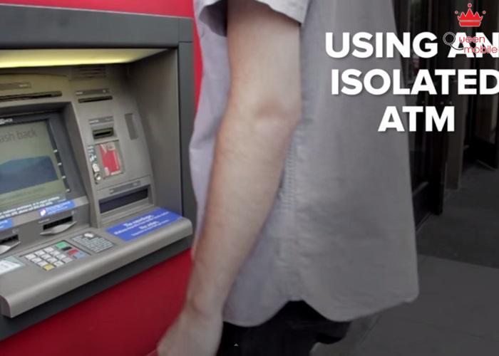 Rút tiền ở một cây ATM trống trải, có thể bị cướp.