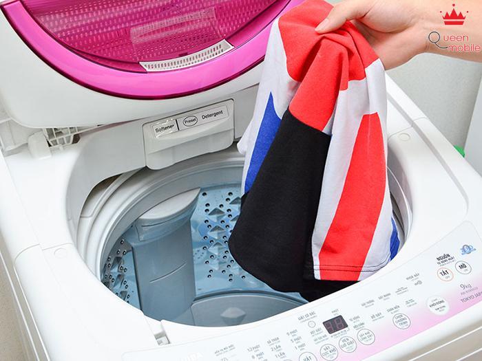Cửa lồng giặt lớn giúp bạn dễ thao tác khi dùng