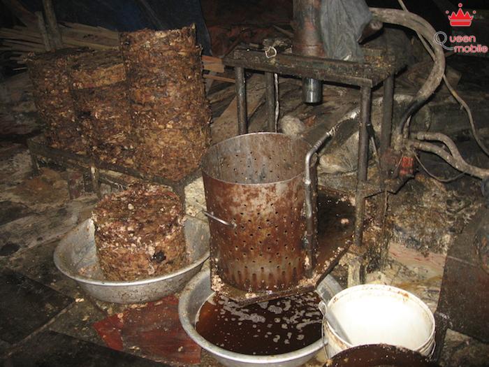 Một cơ sở tư nhân ở Trung Quốc nấu dầu ăn từ nước thải nhà bếp