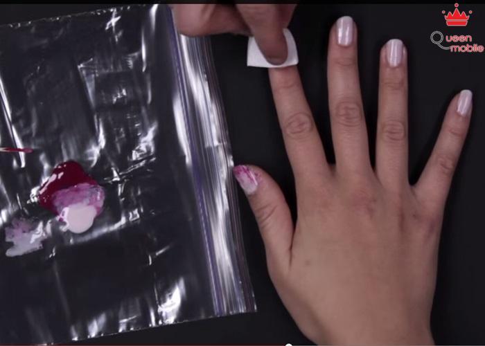 Dùng bông gòn chấm màu hồng đậm một chút rồi chặm lên từng móng