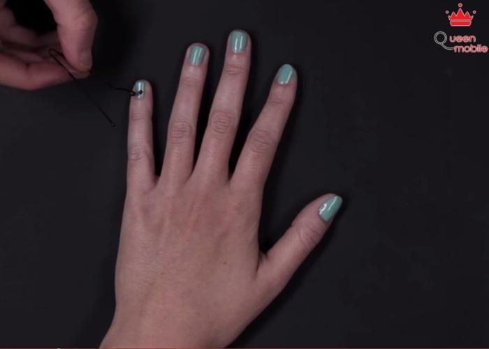 Sơn màu xanh ngọc làm nền, dùng kẹp tóc chấm vào sơn đen để tạo chấm bi cho móng