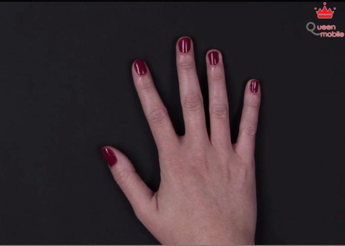 Với kiểu móng này bạn dùng sơn đỏ làm nền