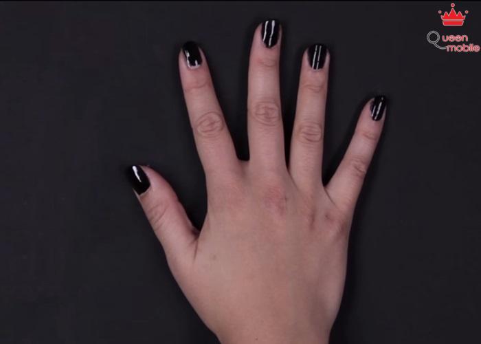 Sơn màu đen đều tay để làm nền