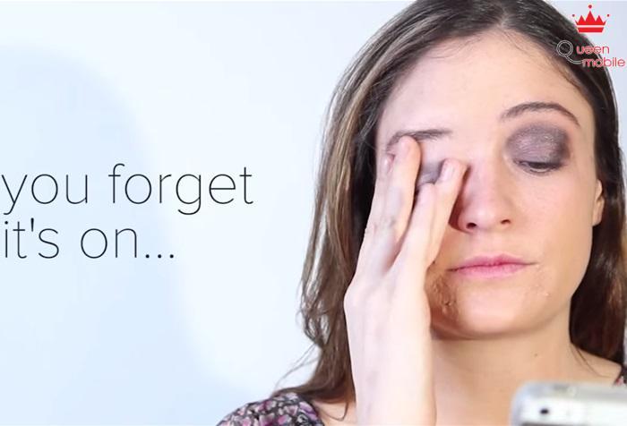 Khi quên là đang trang điểm, bạn dụi mắt thì lớp makeup cứ thế nhòa đi, mặt bạn lúc đó thật…