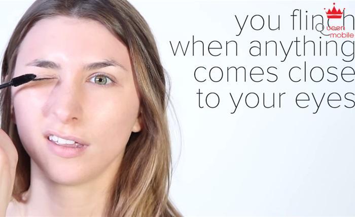 Bạn cảm thấy không thoải mái khi có bất cứ thứ gì đến gần mắt bạn, chải mascara thực không dễ