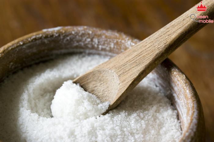 Muối có khả năng sát khuẩn giúp mụn bớt sưng đỏ