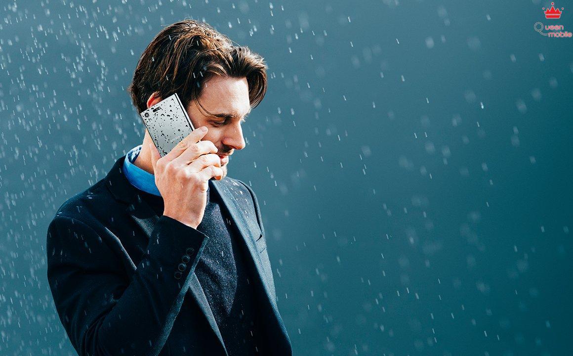 không nên dùng điện thoại khi trời mưa