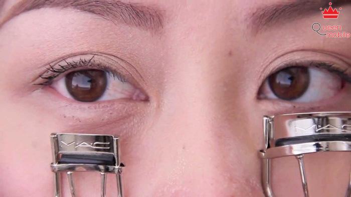 Nhớ kẹp lông mi trước khi kẻ mắt