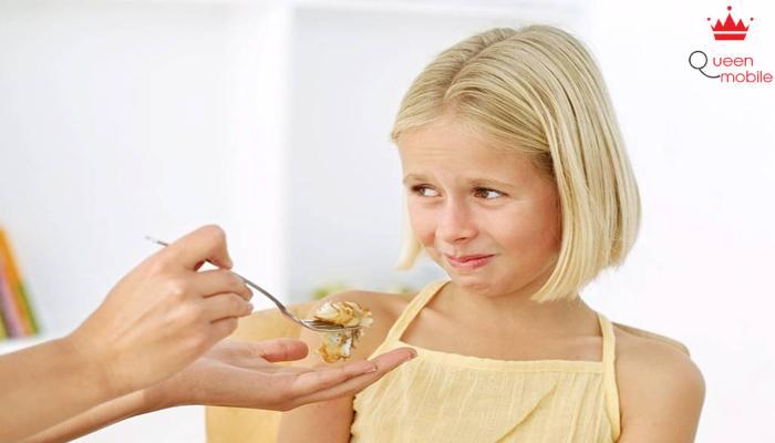 Đừng ép trẻ ăn thêm khi đã đủ no.