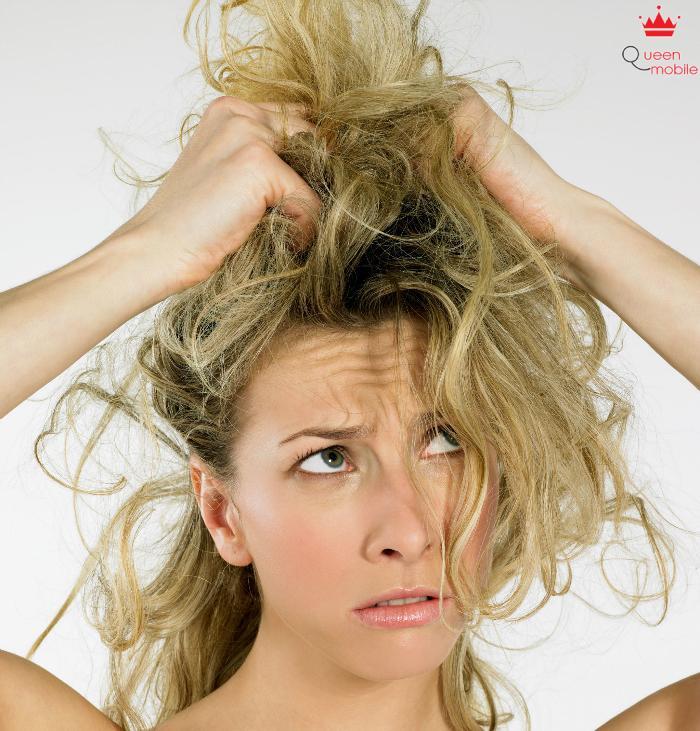 Xịt keo nhiều làm mái tóc cứng đơ thiếu sức sống