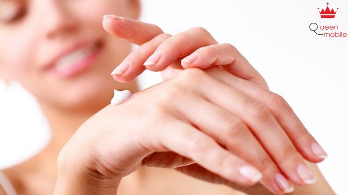 Luôn dùng kem dưỡng ẩm giúp da tay khô bị khô ráp